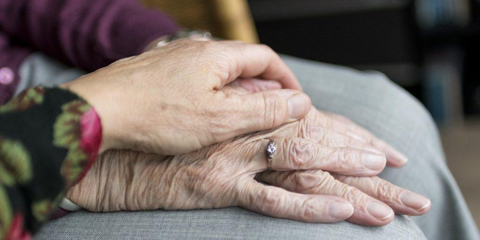 en-kvinne-pleier-eldre-og-syke